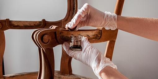Restaurierung eines antiken Holzstuhls