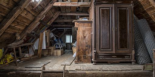 Blick auf einen alten Dachboden mit antiken Möbeln