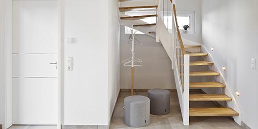 Heller Trennenaufgang aus einem Flur ins Obergeschoss