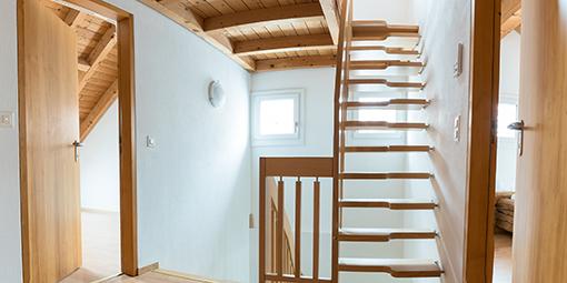 Hausflur mit Holztreppe über mehrere Etagen