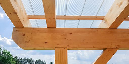 Nahaufnahme des Profils einer Holzüberdachung