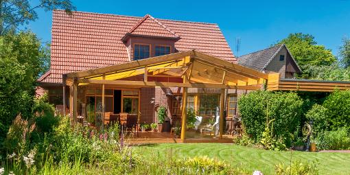 Sommergarten aus Holz an einem Einfamilienhaus